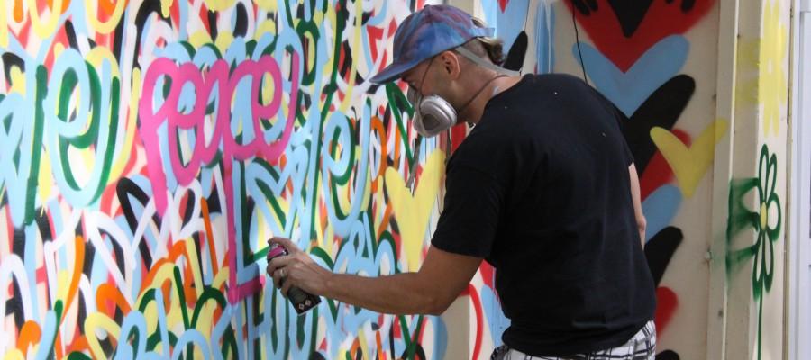 Американский художник призвал политиков Запада к миру и любви