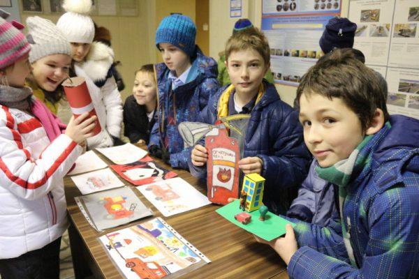 Школьники поздравили спасателей новой Москвы с 25-летием МЧС