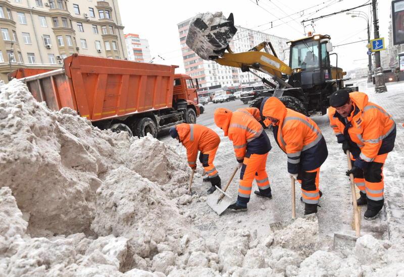 Коммунальные службы убирают снег