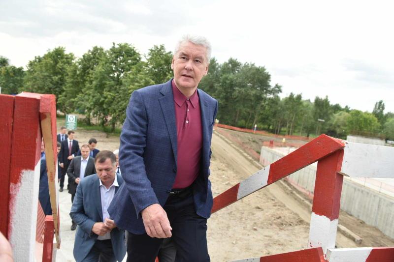 Мэр Москвы Сергей Собянин в ходе осмотра строительства парка.