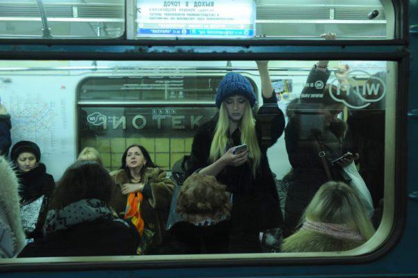 Поезд на автопилоте готовится выйти на маршрут в московском метро
