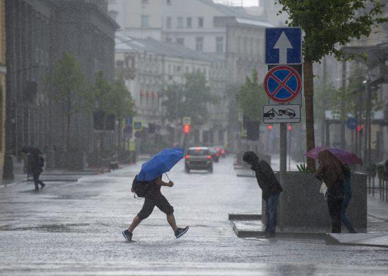 Сильный дождь, гроза и ветер ожидаются в Москве вечером