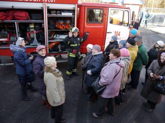 С большим уважением к старшему поколению: Пожарные ТиНАО познакомили гостей с боевой работой