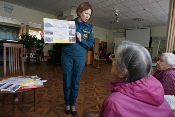 Во время встречи с получателями социальных услуг о пожароопасном периоде