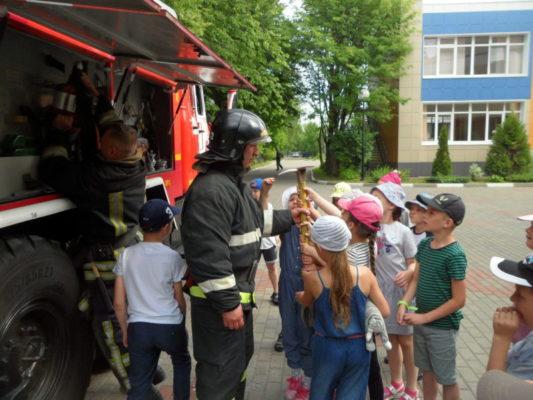 Летние оздоровительные лагеря Троицка: пожарные и сотрудники МЧС продолжают акцию «Маршрут безопасности»
