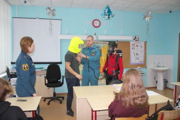 Краснопахорские школьники приняли участие в акции «Безопасный Новый год» и поздравили сотрудников МЧС с Днем спасателя Российской Федерации!