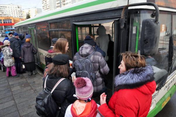 Автобус закрывает двери