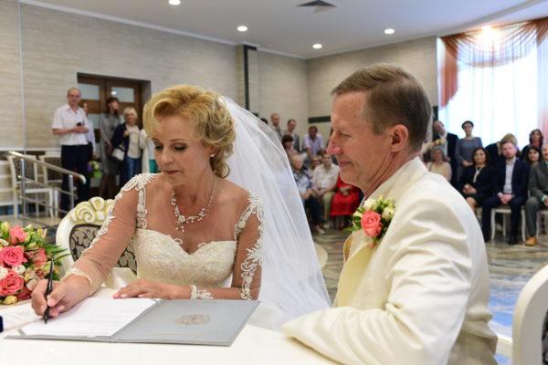 В ЗАГСах открылась выставка о новых площадках для регистрации брака