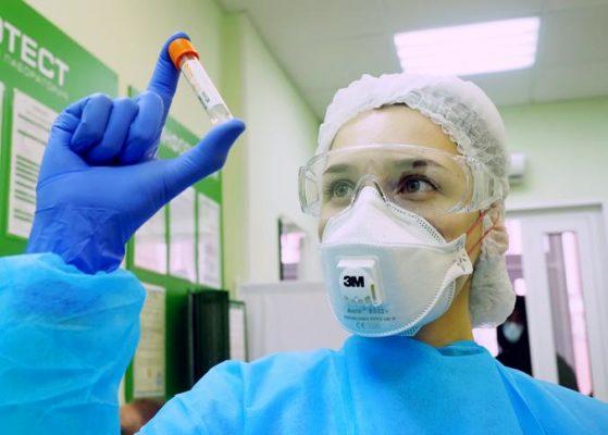 Медработники в Москве проходят экспресс-тесты на иммунитет к COVID-19