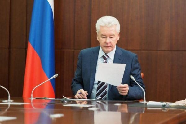 Собянин временно ограничил работу большинства предприятий и организаций