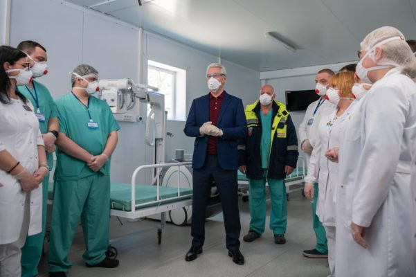 Все медики, помогающие пациентам с COVID-19, получат доплату от Собянина