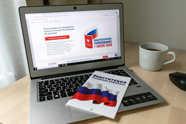 Двухкратная олимпийская чемпионка Карина Азнавурян проголосовала по Конституции онлайн
