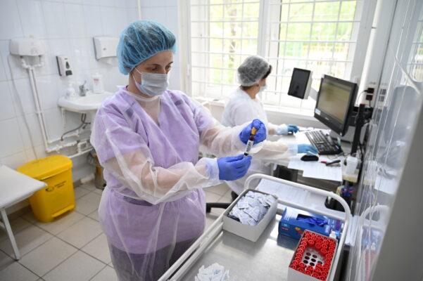 Специалисты продолжают бороться с коронавирусом
