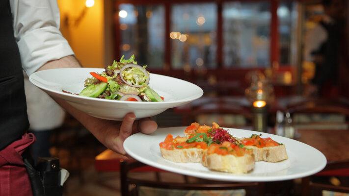 Более 100 кафе и ресторанов подали заявки на создание у себя безковидных зон
