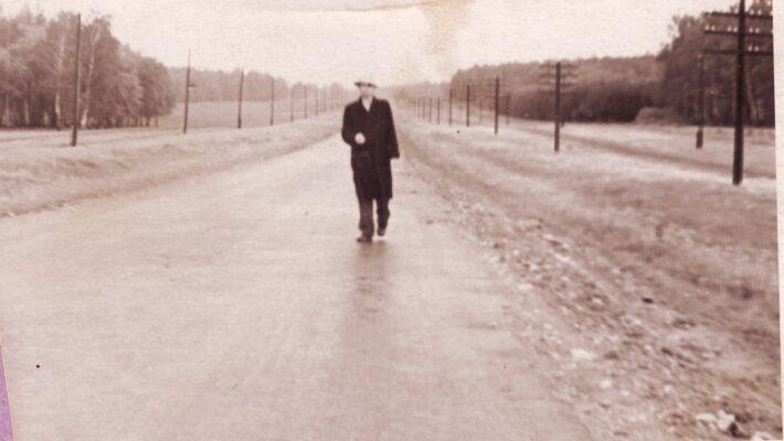 Дождь на Калужском шоссе в районе Троицка (1960-е годы). На фото В.И. Крыжко.