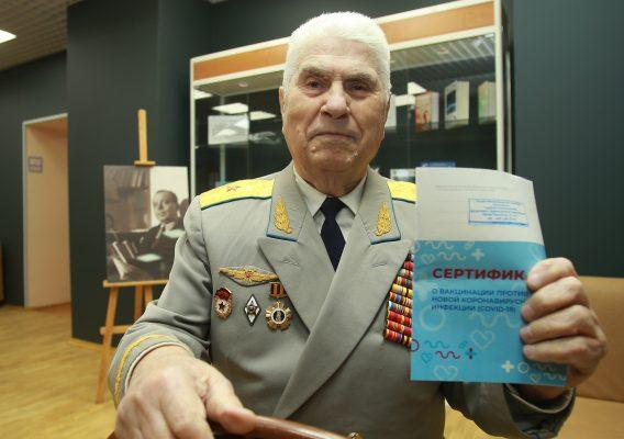 Пожилые москвичи после вакцинации могут получить подарочный набор «С заботой о здоровье»