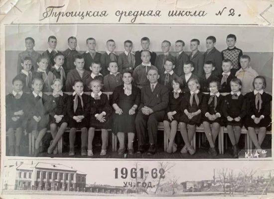 А на этой фотографии – первые первоклассники Троицкой средней школы N2.
